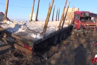Șoferul unui TIR a pierdut controlului volanului și s-a izbit într-un gard. VIDEO