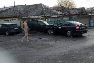 Accident provocat de un șofer care s-a urcat dezbrăcat la volan, în Constanța