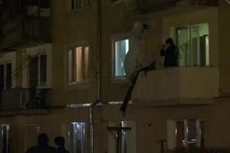 Explozie puternică, urmată de un incendiu, într-un bloc din Tg. Mureș. Proprietarul are arsuri