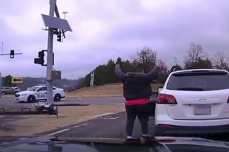 """Poliția, alarmată de un bărbat care trăgea cu arma la întâmplare: """"Lasă copilul"""""""
