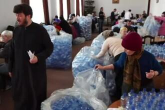 Pregătiri pentru Bobotează în parohiile din țară. Voluntarii umplu sticlele cu agheasmă