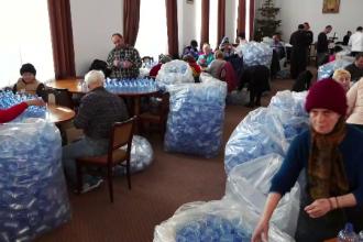 Pregătiri pentru Bobotează, la Constanța. 50 de voluntari etichetează sticlele de aghiasmă