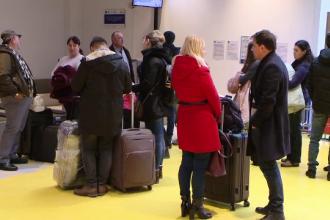 Aeroporturile, pline de românii care se întorc în străinătate. Ce au luat în bagaje