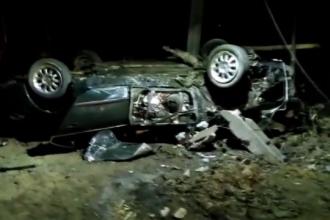 Șofer mort după ce mașina s-a lovit de un pod, apoi s-a rostogolit 50 de metri