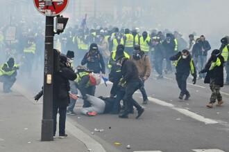 """50.000 de """"veste galbene"""" în stradă, în Franța. Zeci de reținuți după ciocniri violente"""