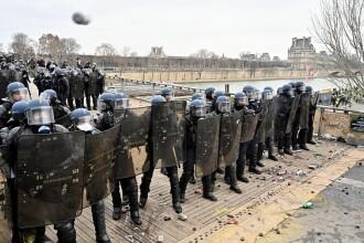 Macron acuză o violenţă extremă a Vestelor Galbene. Jandarm, atacat cu pumnii de un campion. VIDEO