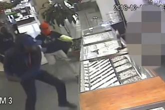 Jaf brutal la un magazin de bijuterii. Filmul atacului comis de 4 indivizi