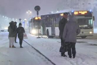 """Probleme în traficul din Capitală, după prima ninsoare din acest an. """"Mă duc sanie"""""""