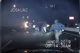 Șofer salvat dintr-o mașină în flăcări de intervenția unui grup mare de oameni