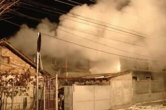 Momente de groază pentru două familii. Acoperișul unei case a fost curpins de flăcări