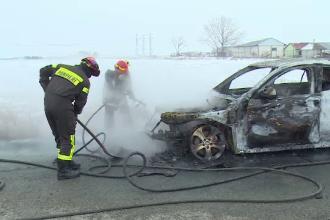 Mașină de 20.000 de euro, în flăcări, în Arad. Autoturismul era în teste