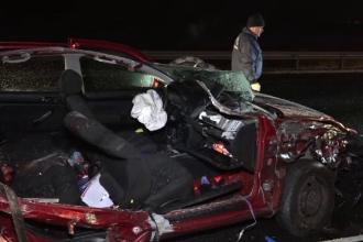 Accident teribil pe A1. Doi morți după ce o mașină a intrat într-un TIR