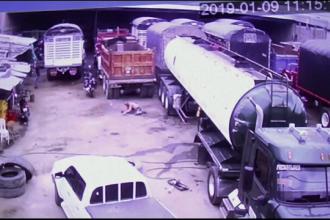 Momentul în care doi muncitori sunt aruncați de pe o cisternă, din cauza unei explozii