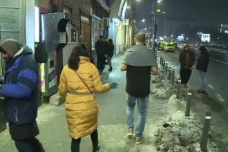 Explicaţiile tinerilor care se plimbă prin oraş în tricou sau fustă, la -10 grade