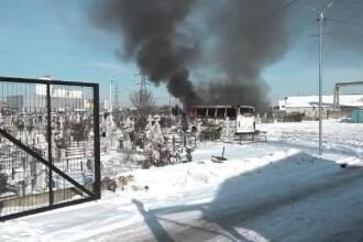 Scene bizare în Buzău. Un autobuz a ars complet într-un cimitir