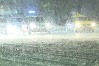 Nămeții ating 50 de centimetri pe trotuare. Zonele din ţară în care zăpada da mari bătăi de cap