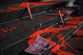 Protest cu vopsea roşie şi cuţite aruncate pe scările Ministerului Justiţiei