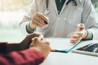 """Medic român în UK acuzat că și-a umilit pacienții: """"Stai în poziția George Michael"""""""