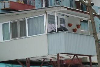 Împinși de sărăcie, locuitorii din cartierul Ferentari își extind periculos locuințele. Cum arată casele lor