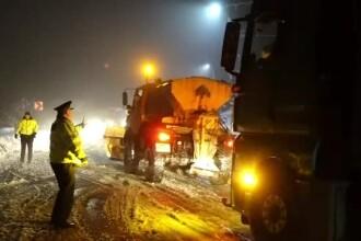 Nordul României, lovit de zăpezi. Drumuri blocate din cauză că utilajele au întârziat