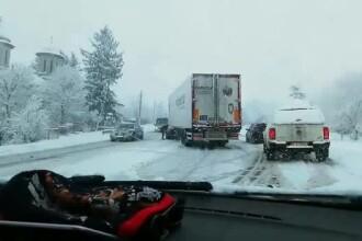 Probleme pe şoselele din toată ţara, din cauza zăpezii. Cod Portocaliu în 2 judeţe