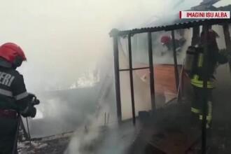 Intervenție riscantă a pompierilor la o casă în flăcări. În interior se afla o butelie