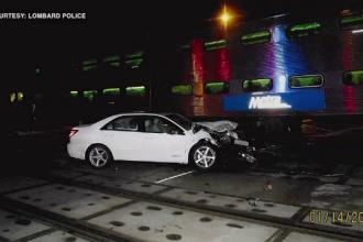 Salvată din propria maşină cu doar câteva secunde înainte să fie lovită de tren. VIDEO