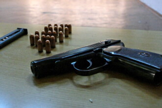 S-a împușcat din greșeală, după ce a aruncat cu pistolul după un gândac
