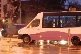 """Microbuze pline până la refuz de angajați care fac naveta: """"E pericol să știți"""""""
