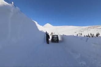 Strat de zăpadă de peste 2 metri. Imagini uluitoare FILMATE pe Transalpina