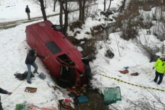 Microbuz plin cu persoane răsturnat într-un pârâu, în Bacău. Un bărbat a murit