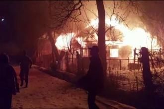 Incendiu puternic la o casă, în Dâmbovița. Proprietarul s-a salvat în ultimul moment