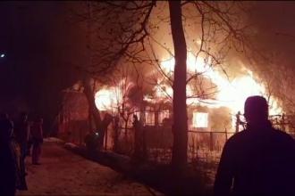 Misiune grea pentru pompierii dâmbovițeni. Nu au putut salva o clădire în flăcări
