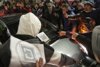 Protest al taximetriștilor în Capitală. O mașină UBER a fost blocată