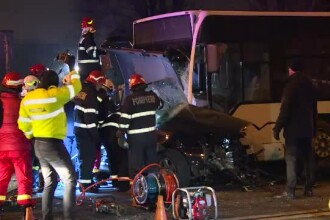 Doi bărbați au murit în București după ce s-au izbit cu mașina de un autobuz