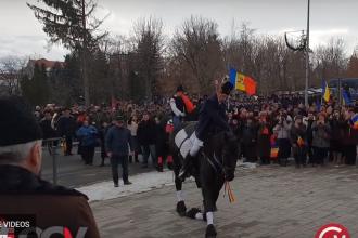 Un cal a îngenuncheat în faţa statuii lui Mihai Viteazul, la ceremoniile de la Sf. Gheorghe