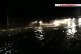 Străzi inundate în Vâlcea după ploaia torențială de joi