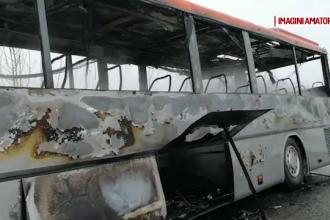 Un autocar cu pasageri a luat foc în mers. Ce a făcut șoferul în ultimul moment