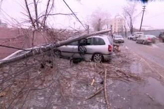 Ploaie de gheață în Capitală. Străzi blocate, tramvaie înțepenite și mașini distruse