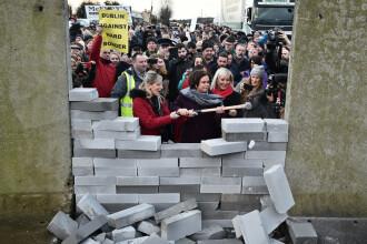 Protestatarii anti-Brexit au construit un zid între Irlanda și Irlada de Nord. FOTO