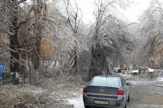 """""""Situație fără precedent"""", după 4 zile de ploaie înghețată. 62.000 de case, fără curent"""