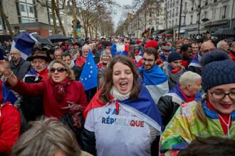 """""""Vestele galbene"""", înlocuite de """"fularele roșii"""", pe străzile din Paris. VIDEO"""