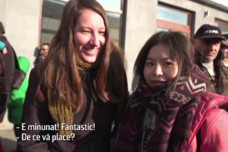 """Reacția unor turiste străine care văd pentru prima dată """"lolele"""" din Agnita"""