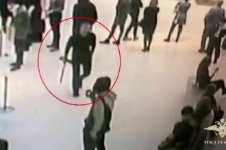 Momentul când un hoț fură un tablou dintr-un muzeu, sub privirile vizitatorilor. VIDEO