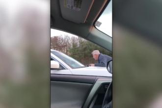 Doi şoferi arestaţi, după o altercaţie în trafic. Unul dintre ei s-a urcat pe capota celuilalt
