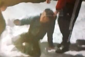 Copil bătut și abandonat în zăpadă de 2 adolescenți. Victima i-a implorat să se oprească