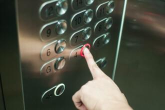 O femeie a rămas blocată tot weekendul în liftul unui miliardar. Cum a fost găsită