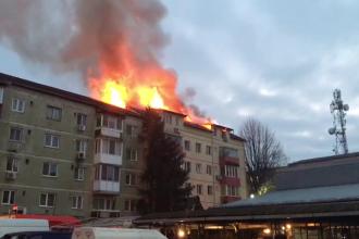Mansarda unui bloc din Timişoara, cu 4 apartamente, a ars în totalitate. VIDEO