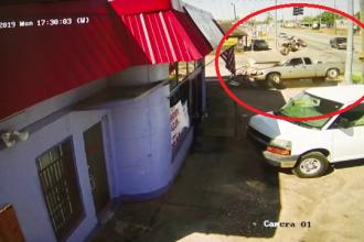 Momentul în care o mașină intră în viteză într-un restaurant din Statele Unite
