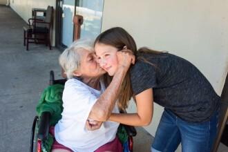 Gestul emoționant al unei fetițe, după ce i-a întrebat pe bătrânii de la azil ce dorințe au